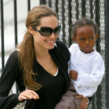 Биологическая мать приемной дочери Джоли хочет общаться с девочкой