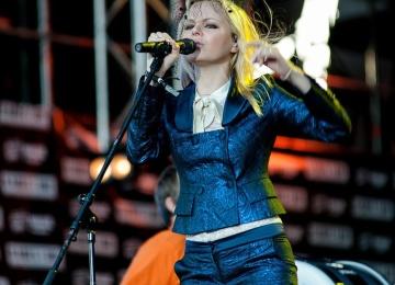Экс-участница группы «Ленинград» Алиса Вокс продолжает радовать поклонников своими новыми клипами