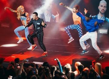 В новом клипе Quest Pistols Show ft. Меджикул танцует свыше десяти обнаженных девушек