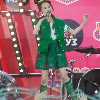 Лиза Анохина в составе группы «Сказочный патруль» на новом канале «Мультимузыка»