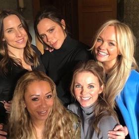 На фото Spice Girls обнаружили таинственный белый порошок