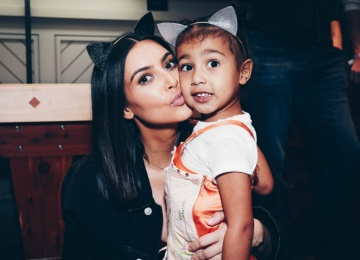 Как реагировать? Обнаженную Ким Кардашьян фотографирует четырехлетняя дочь