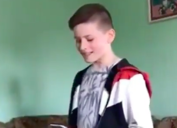 В Сети набирает популярность видео, где мальчик спел хит «Gucci gang» для бабушек