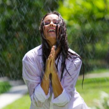 Оксана Федорова опубликовала эротичный снимок в мокрой рубашке