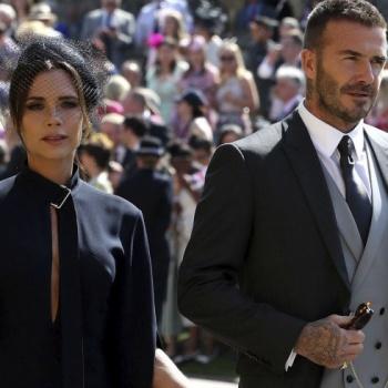 Виктория Бекхэм продает свой наряд со свадьбы Гарри и Меган