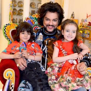 Новое видео с детьми Филиппа Киркорова осудили пользователи Сети
