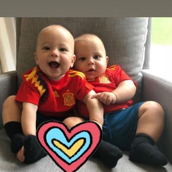 Анна Курникова и Энрике Иглесиас смотрят вместе с детьми футбол