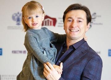 Сергей Безруков пришел на фестиваль с дочерью