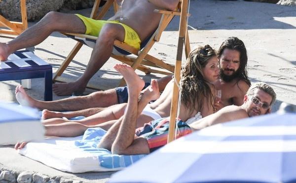 Хайди Клум загорает топлес на итальянском пляже