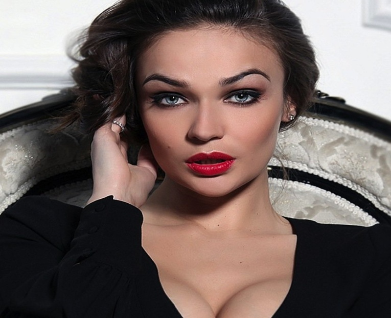 Фанаты обнаружили третью ногу на неудачно отретушированном фото Алёны Водонаевой