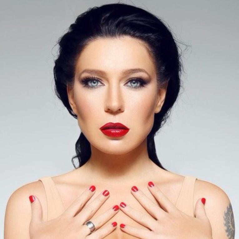 В новом клипе певицы Елки показано домашнее видео Павла Воли