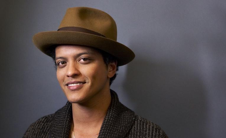 Bruno Mars представил клип к композиции Versace On The Floor