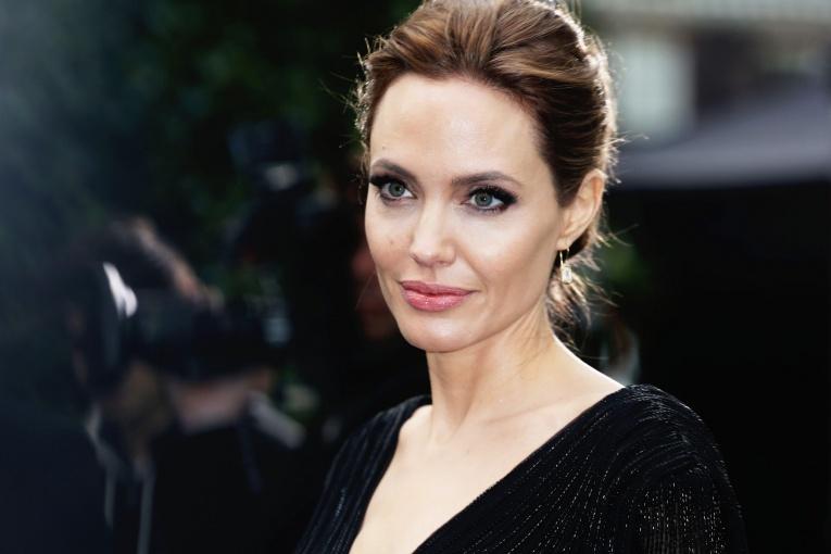 Нестандартный подход к развлечениям: Джоли повела своих детей на хоррор-квест