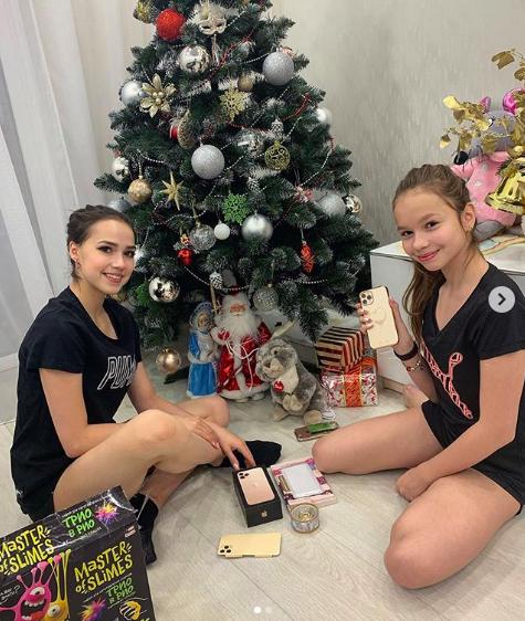 Алина Загитова подарила младшей сестре iPhone