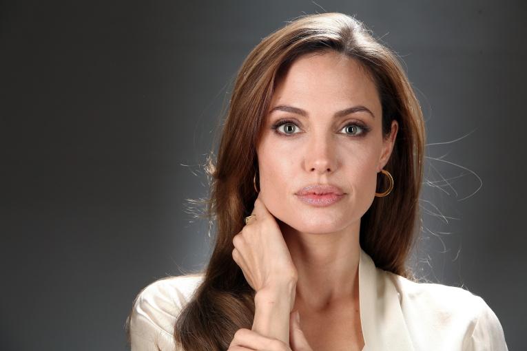 Анджелина Джоли пожертвовала миллион долларов, чтобы прокормить голодных детей