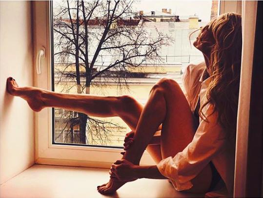 Светлана Ходченкова на подоконнике восхитила мужчин