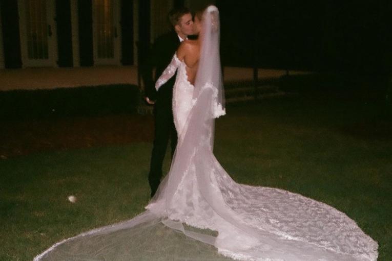 Хейли Бибер впервые показала трогательное свадебное фото