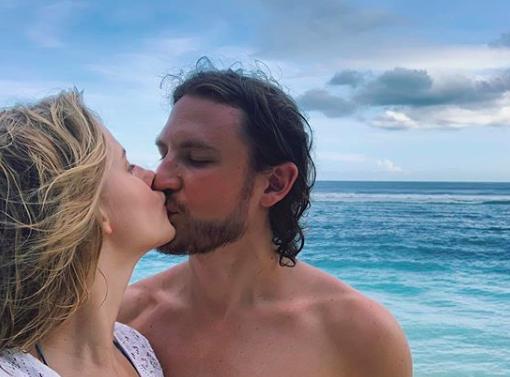 Саша Бортич показала фото с мужем на берегу океана